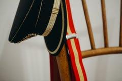 Spanische Armeekappe und spanische Flaggenhosenträger in einem Stuhl Lizenzfreie Stockfotografie