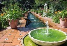 Spanische Art-formaler Garten mit Wasser-Brunnen Stockfotografie