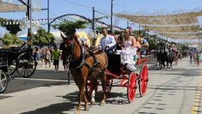 Spanische Dame im Flamencokleid in einer Pferdewagenparade Stockfotos