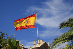 Spanische Flagge, die im Wind flattert Stockbilder