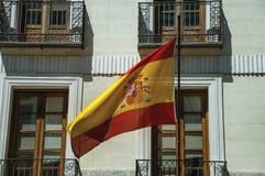Spanische Flagge, die vor Gebäudefassade in Madrid flattert stockbilder