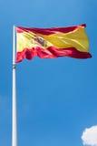 Spanische Flagge mit einer Wolke auf dem Himmel Stockfotos