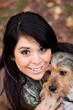 Spanische Frau mit Borkie Hund Stockbild