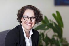 Spanische Geschäftsfrau Smiling At die Kamera im Büro Lizenzfreie Stockfotos