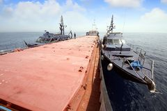 Spanische Gewohnheitsküstenwache, die ein Motorschiff steuert stockfotos