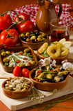 Spanische Küche. Sortierte Tapas auf keramischen Platten. Stockfotos