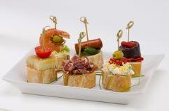 Spanische Küche. Tapas. Tellersegment von montaditos. Lizenzfreie Stockbilder