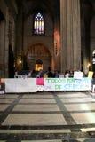 Spanische Lehrer schlagen in der Sevilla-Kathedrale Stockbild