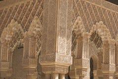 Spanische maurische Bögen eines Palastes Stockfoto
