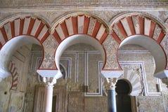 Spanische maurische Bögen eines ruinierten Palastes Stockfoto