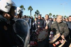 Spanische Polizei stellt weg mit Protestors gegenüber Lizenzfreie Stockbilder