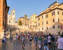 Spanische Schritte auf Piazza di Spagna mit Touristen in einem Sommer heiß lizenzfreie stockfotos