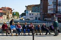 Spanische Senioren auf der Bank Stockfoto