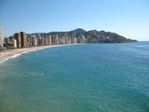 Spanische Stadt durch das Meer Stockfotografie