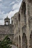 Spanische Steinauftragbogenweisen und -Kirchturm lizenzfreie stockfotos