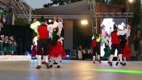 Spanische Tänzer im traditionellen Kostüm, führen Volkstanz durch stock video