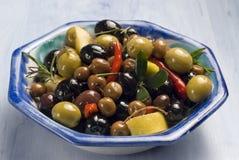 Spanische Tapas. Oliven in einer blauen Platte. lizenzfreies stockbild