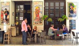 Spanische Tapas Stange mit bunten Keramikfliesen auf Wänden, Kunden, die das Mittagessen genießen Lizenzfreies Stockbild