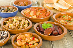 Spanische Tapas u. krustiges Brot Lizenzfreie Stockfotos