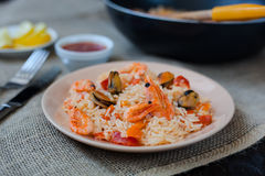 Spanische Tellerpaella mit Meeresfrüchten, Garnelen in der Wanne Stockfotografie