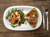 Spanische Tortilla mit Salat Stockfoto