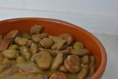 Spanische traditionelle Bohnen gekocht mit Chorizo, Platte wie fabada stockbild