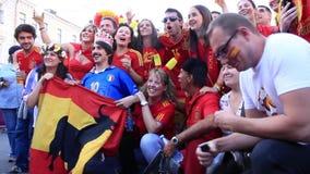 Spanische und italienische Fußballfane vor Endspiel von EURO 2012 stock footage