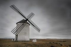 Spanische Windmühle typisch vom La Mancha an einem bewölkten Tag Lizenzfreies Stockbild