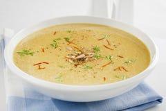 Spanische Zwiebelen-Suppe mit Safran und Mandeln Lizenzfreies Stockfoto