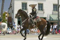Spanischer Cowboy zu Pferd während der Eröffnungstagparade unten State Street, Santa Barbara, CA, alte spanische Tagesfiesta, 3.- Stockfoto