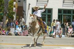 Spanischer Cowboy zu Pferd während der Eröffnungstagparade unten State Street, Santa Barbara, CA, alte spanische Tagesfiesta, 3.- Stockbilder