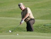 Spanischer Golfspieler Miguel Angel Jimenez, der den Ball weit hitiing ist lizenzfreie stockfotografie