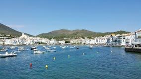 Spanischer Hafen voll von Booten und von weißen Häusern stockbild