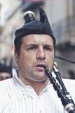 Spanischer Mann, der Bagpipes spielt stockbilder