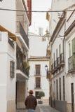 Spanischer Mann, der durch eine typische spanische Straße geht Stockfotografie