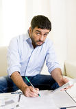 Spanischer mexikanischer Geschäftsmann sorgte sich Lohnlisten auf Couch Lizenzfreies Stockbild