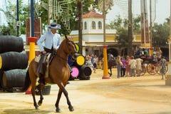 Spanischer Reiter im breiten geströmten Hut stockfotografie