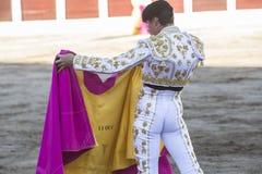 Spanischer Stierkämpfer Daniel Luque mit dem Capote oder dem Kap, lassen Linares, Andalusien, Spanien ein Lizenzfreie Stockbilder
