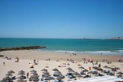 Spanischer Strand in der Sommerzeit stockfotografie