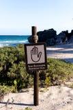 Spanisches englisches Zeichen-eingeschränkter Bereich am Strand Stockbild