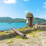 Spanisches Fort in Portobelo durch das karibische Meer, Panama lizenzfreie stockfotos
