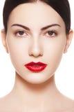 Spanisches Frauenreinheitgesicht mit den hellen Lippen richten her Stockfotografie