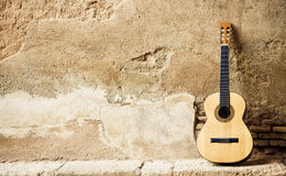 Spanisches guitarr auf Wand Lizenzfreie Stockbilder