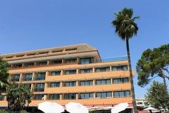 Spanisches Hotel und Palme Stockfoto