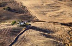 Spanisches Landhaus in der andalusischen Landschaft stockfotografie