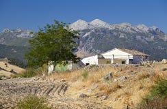 Spanisches Landhaus mit Bergen auf Hintergrund Stockfoto