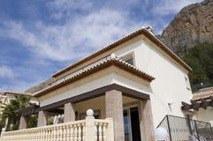 Spanisches Landhaus und Berg Stockbild
