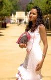 Spanisches Mädchen in den Feria-Kleidgebläsen selbst Stockfotografie