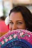 Spanisches Mädchen mit Gebläse am Feria Stockfoto