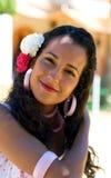 Spanisches Mädchen im Feria-Kleid justiert Haar Lizenzfreie Stockfotos